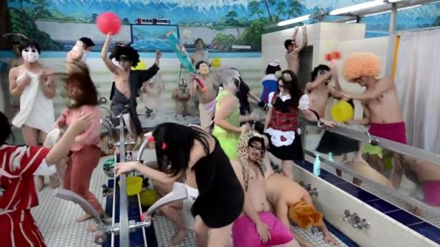 que tienen en comun un bano publico para hombres y un santuario sintoista de tokio fueron los escenarios elegidos para un harlem shake japones voiced... - hombres stock videos & royalty-free footage