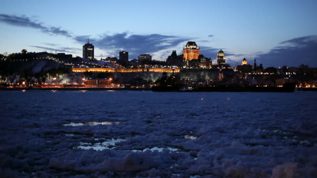 vídeos y material grabado en eventos de stock de quebec city in the dusk, view from the river full of floating ice and snow - hotel chateau frontenac