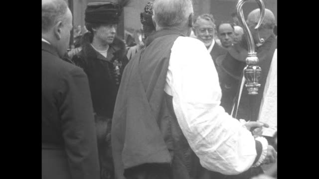ms queen alexandra of denmark standing in crowd / ls murky footage of unveiling of monument to nurse edith cavell in st martin's place - famiglia reale video stock e b–roll