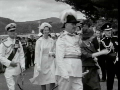 queen and duke in waitangi ***also near auckland waitangi ext royal barge towards queen elizabeth ii and prince philip duke of edinburgh from boat... - baia delle isole nuova zelanda video stock e b–roll