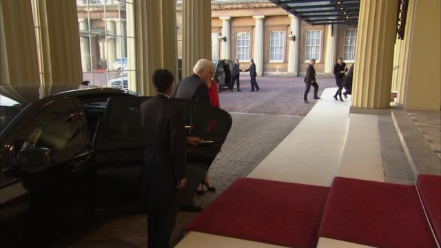 vídeos de stock, filmes e b-roll de queen and duke of cambridge meet president of germany at buckingham palace england london buckingham palace ext damian green mp from car and along... - 2017