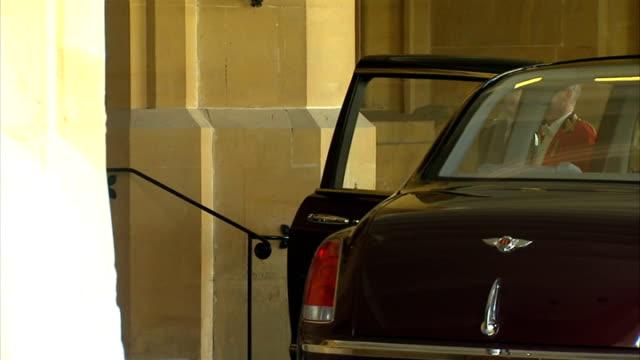queen and duke of edinburgh meet uae president at windsor: gvs windsor castle; england: berkshire: windsor: ext gvs windsor castle with royal... - collaboratore domestico video stock e b–roll