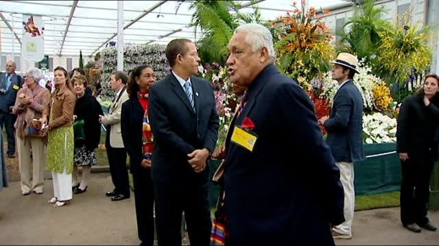 vídeos y material grabado en eventos de stock de queen and prince philip attend chelsea flower show; bruce golding waiting to meet queen with his wife lorna golding / queen presented with bouquet of... - jamaiquino