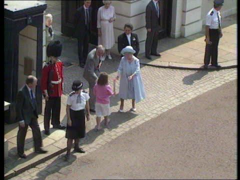 vidéos et rushes de queen and prince philip collection 1 t04089003 queen mother's 90th birthday - 90e anniversaire anniversaire