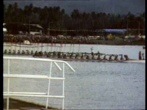 vidéos et rushes de queen and prince philip collection 2 12277 jubilee tour samoa arrival on britannia - monarchie