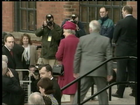 stockvideo's en b-roll-footage met queen and prince philip collection 4 t15110107 queen visits londonderry arrival security with david trimble mp at pottery class - david trimble