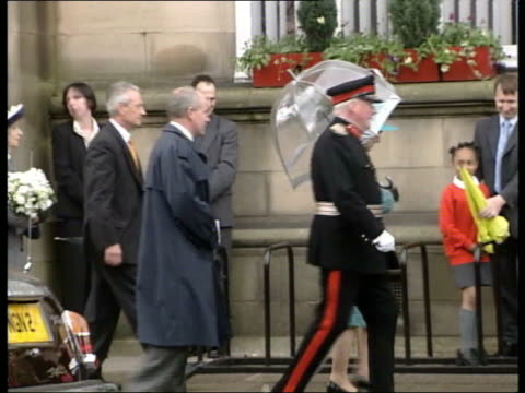 queen and prince philip collection 4 t24050210 jubilee tour scotland walking in stirling queen chatting to 110 yearold lucy d'abreu geisller into... - スコットランド スターリング点の映像素材/bロール