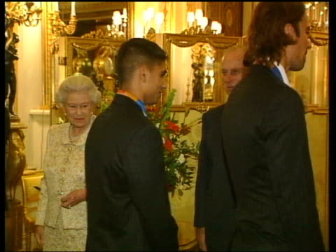 vidéos et rushes de queen and prince philip collection 8 14980/04 the queen hosts reception for the british 2004 olympic athletes athletes shaking hands with queen on... - par équipe