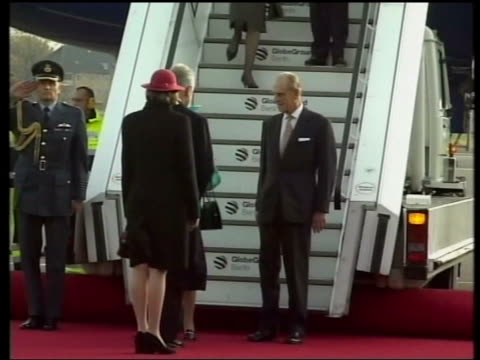 queen and prince philip collection 8; 15746/04 4.11.2004; queen elizabeth on state visit to germany germany: berlin: plane arrival; queen greeted by... - war stock-videos und b-roll-filmmaterial