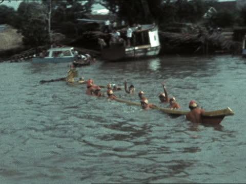 queen and prince philip in sarawak:; b) malaysia: sarawak: kuching: ext royal barge and escort of long boat l-r along river gv three long boats l-r:... - サラワク州点の映像素材/bロール