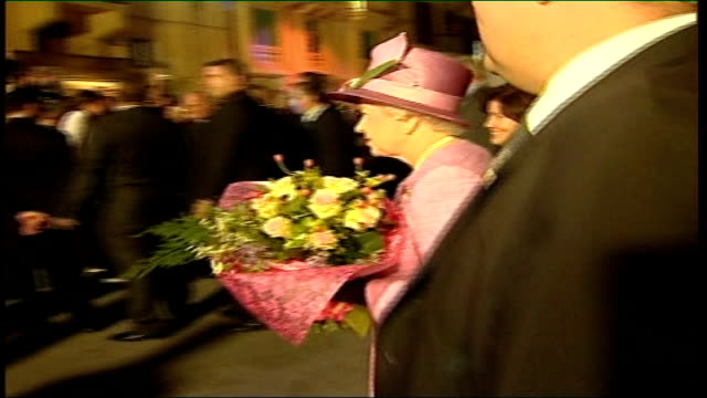 vidéos et rushes de queen and prince philip visit malta queen along with gonzi and catherine gonzi carrying bouquet of flowers duke of edinburgh along with catherine... - composition florale