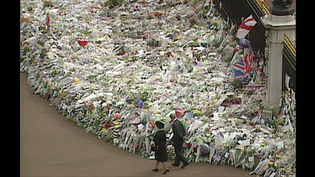 stockvideo's en b-roll-footage met queen and prince philip walkabout outside buckingham palace to greet the public and view floral tributes left for princess diana after her death - 1997