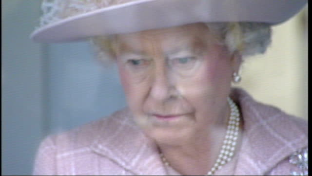 queen arrival, tour and opening of new radiology suite at queen elizabeth hospital; queen meeting radiologists and examining what they do in the... - patientin stock-videos und b-roll-filmmaterial