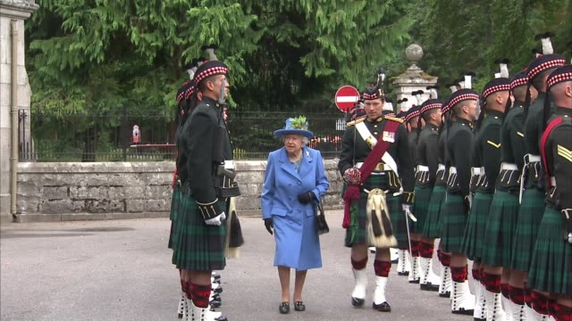 queen arrives at balmoral to begin her annual summer break; scotland: aberdeenshire: balmoral castle: queen elizabeth ii inspecting guard of honour /... - 年次イベント点の映像素材/bロール