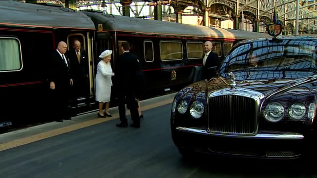 queen arrives at glasgow station ahead of commonwealth games opening ceremony scotland glasgow glasgow central ext train arriving at platform / queen... - 開会式点の映像素材/bロール