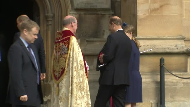 vídeos de stock e filmes b-roll de queen arrives for easter service at windsor england berkshire windsor windsor castle ext prince andrew the duke of york arriving at st george's... - princesa