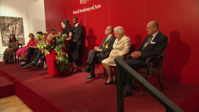 vídeos de stock, filmes e b-roll de queen attends awards ceremony at the royal academy of arts christopher le brun speech sot chantal joffe announcing her award nomination artist chris... - royal academy of arts
