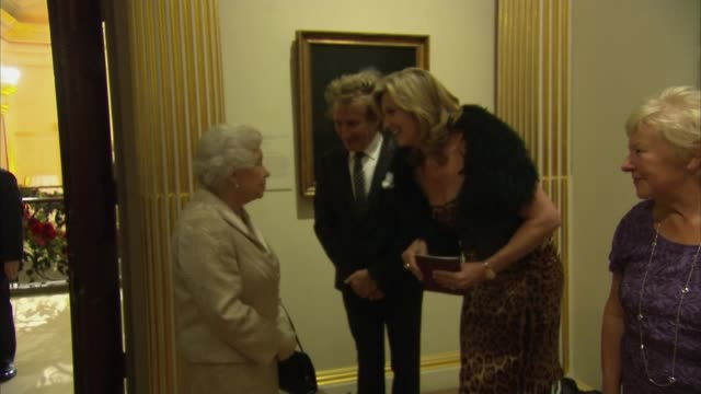 vídeos de stock e filmes b-roll de queen attends awards ceremony at the royal academy of arts: queen meets celebrities; england: london: royal academy of the arts: int queen elizabeth... - lenny henry