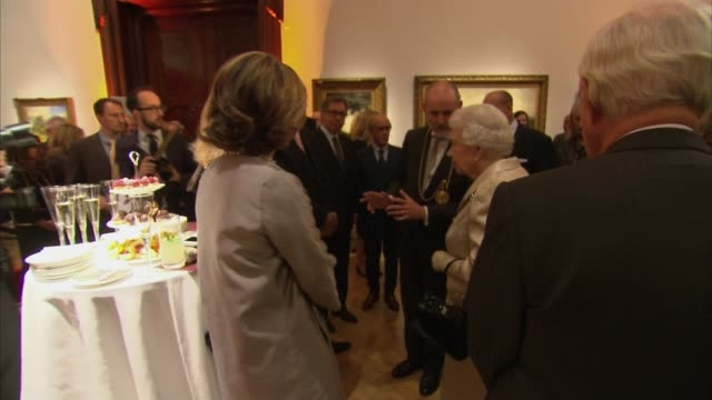 vídeos de stock e filmes b-roll de queen attends awards ceremony at the royal academy of arts; royal academy of the arts: int queen and prince philip introduced to dignatories and... - royal academy of arts