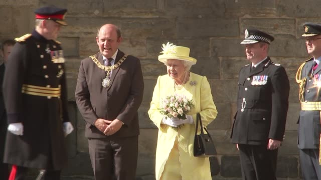 queen attends ceremony of the keys at the palace of holyroodhouse scotland edinburgh holyroodhouse ext **bagpipes playing sot** / **english national... - teilnehmen stock-videos und b-roll-filmmaterial