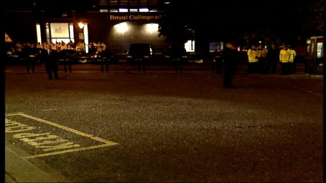 vídeos y material grabado en eventos de stock de queen attends festival of remembrance at royal albert hall; england: london: royal albert hall: gvs choir on street, car along and princess anne,... - teatro royal albert hall