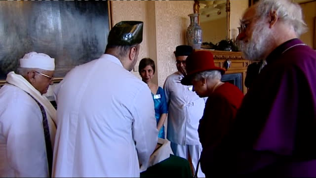 vidéos et rushes de queen attends multi-faith reception at lambeth palace; gv prince philip talking to muslims / prince philip listening / man and woman standing / gv... - prêtre