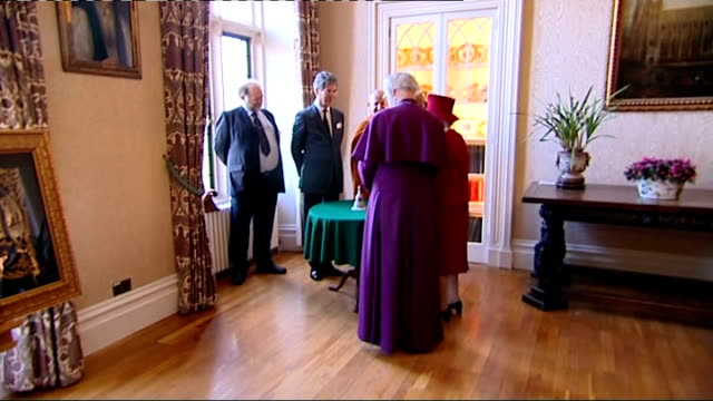 vidéos et rushes de queen attends multi-faith reception at lambeth palace; int gv buddhist guests greeted by queen and archbishop / gv buddhists talking to queen and... - lambeth