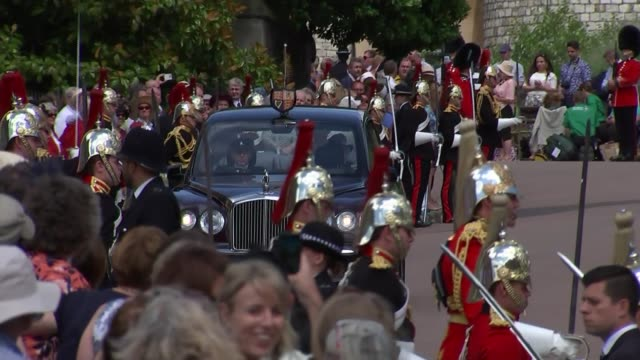 vídeos de stock, filmes e b-roll de queen attends order of the garter service england berkshire windsor windsor castle ext military band playing / beefeater soldiers along / car... - 2018