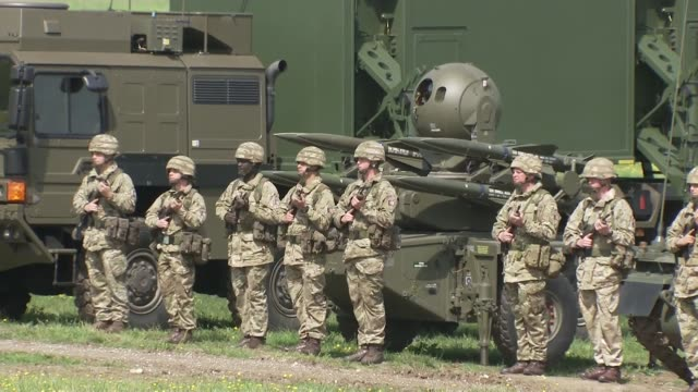 stockvideo's en b-roll-footage met queen attends royal artillery event wiltshire larkhill ext guests and military arrivals / soldiers along past tank / tanks and guns lined up - britse leger