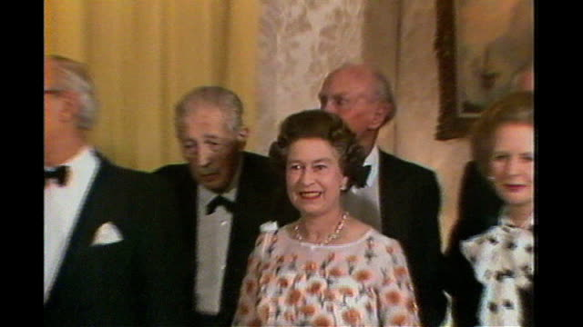 stockvideo's en b-roll-footage met queen becomes britain's oldest ever monarch 4121985 int queen elizabeth with thenprime minister margaret thatcher posing with former prime ministers... - 1985