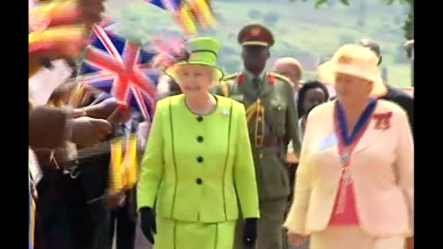 vidéos et rushes de queen becomes britain's oldest ever monarch; lib uganda: kampala: mildmay hospital: ext tribal dancers greet queen elizabeth ii as she walks along... - kampala
