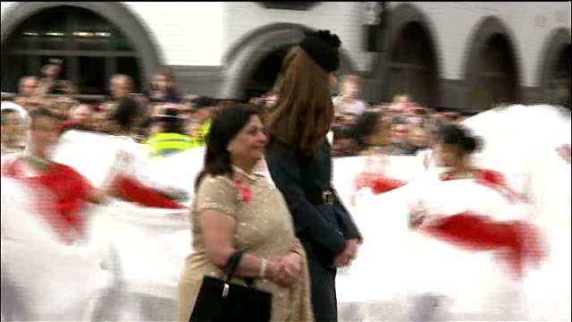 queen begins diamond jubilee tour of the uk england leicestershire photography *** queen elizabeth ii meeting dignatories and past indian dancing... - レスターシャー点の映像素材/bロール