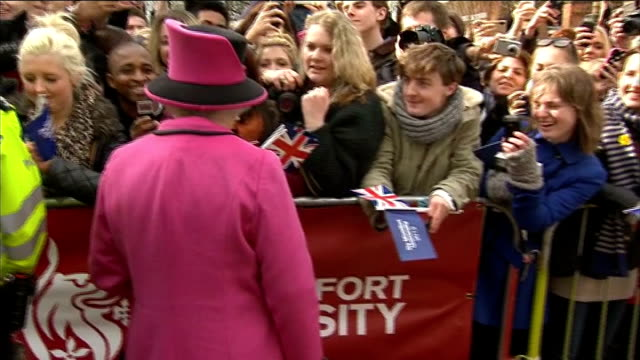 queen begins her diamond jubilee tour of the uk in leicester; queen and kate collecting flowers from children / more of queen and kate walkabout /... - diamantenes jubiläum stock-videos und b-roll-filmmaterial