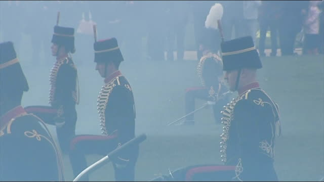 hyde park gun salute england london hyde park ext various of gun salute by the king's troop royal horse artillery including close shot of cannon... - itv weekend lunchtime news点の映像素材/bロール