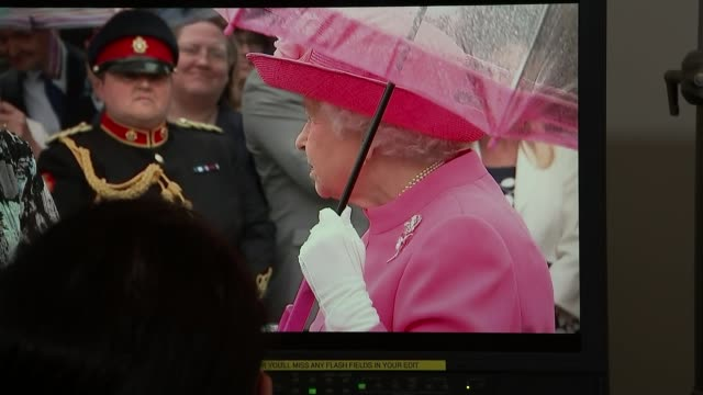 stockvideo's en b-roll-footage met queen criticises chinese officials for being 'rude' london int various shots professional lip reader watching sequence with reporter reporter sot you... - menselijke mond