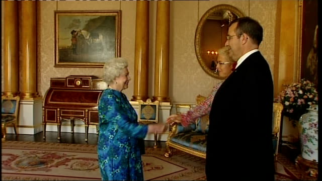 vídeos de stock, filmes e b-roll de queen elilzabeth meets the president of the republic of estonia england london buckingham palace int president of the republic of estonia toomas... - 2008