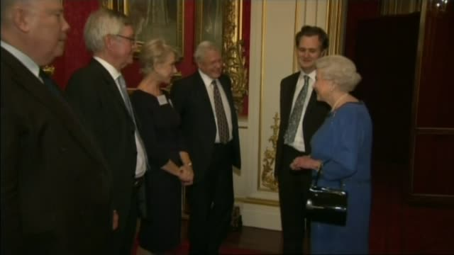 vidéos et rushes de queen elizabeth 90th birthday celebrated with starstudded gala at end of horse show windsor ext dame helen mirren interview sot buckingham palace int... - 90e anniversaire anniversaire