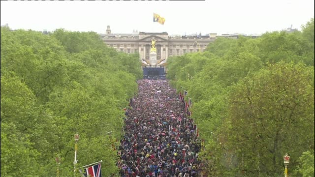 vidéos et rushes de huge street party planned for the mall lib / t05061207 high angle shots of crowds in the mall on occasion of queen elizabeth's diamond jubilee crowds... - 90e anniversaire anniversaire