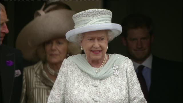 queen elizabeth 90th birthday: huge street party planned for the mall; lib / t05061207 england: london: ext queen elizabeth waving to cheering crowds... - diamantenes jubiläum stock-videos und b-roll-filmmaterial