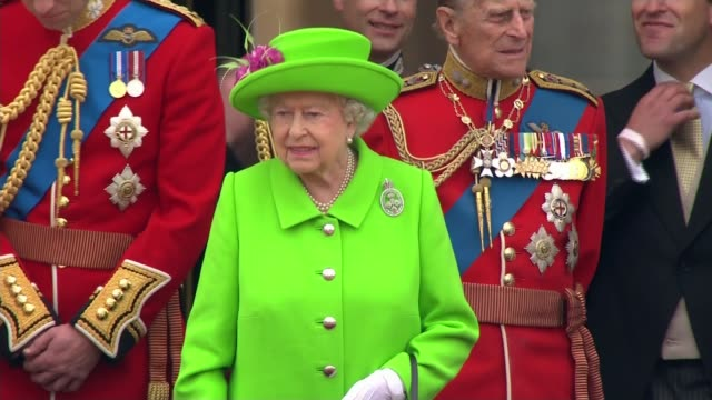 queen elizabeth 90th birthday: trooping the colour; queen elizabeth waving from buckingham palace balcony - accompanied by prince philip other... - 軍旗分列行進式点の映像素材/bロール