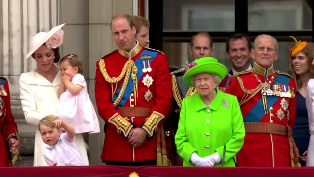 queen elizabeth 90th birthday: trooping the colour; royal family on buckingham palace balcony including queen elizabeth, prince philip, prince... - 軍旗分列行進式点の映像素材/bロール