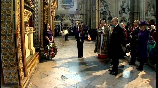 queen elizabeth and duke of edinburgh attend annual commonwealth day observance ceremony royals attending ceremony celebrating commonwealth year of... - 花輪を捧げる点の映像素材/bロール