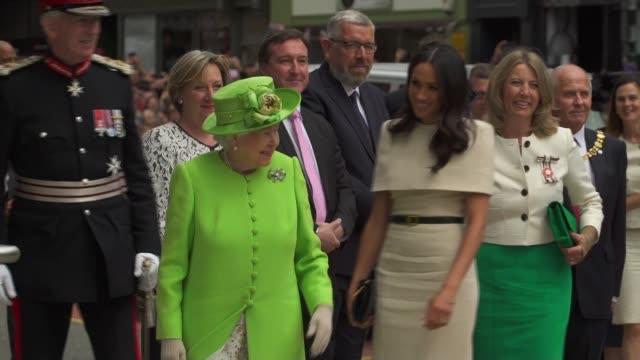 stockvideo's en b-roll-footage met queen elizabeth and meghan, duchess of sussex observe minutes silence for grenfell on arrival in chester; england: cheshire: chester: ext dignitaries... - chester engeland
