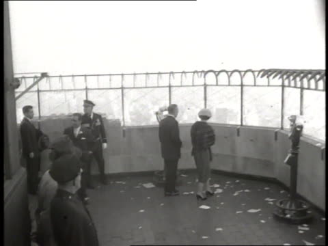 queen elizabeth and prince philip stand on the observation deck of the empire state building in new york city - エジンバラ公爵点の映像素材/bロール