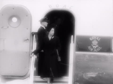 queen elizabeth and the duke of edinburgh leave their passenger aircraft and are greeted by winston churchill clement attlee and other cabinet... - 1952 bildbanksvideor och videomaterial från bakom kulisserna
