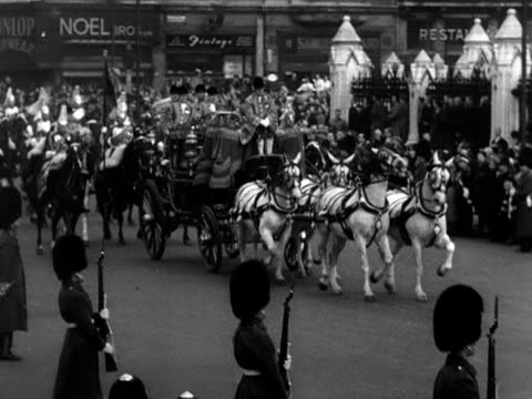 queen elizabeth arrives at the the houses of parliament for her first state opening of parliament 1952 - thronrede britische parlamentseröffnung stock-videos und b-roll-filmmaterial