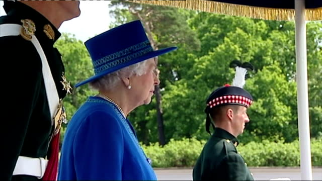 vídeos y material grabado en eventos de stock de queen elizabeth at dreghorn barracks presenting the royal regiment of scotland with pipe banner at dreghorn barracks on july 04 2013 in edinburgh... - regimiento