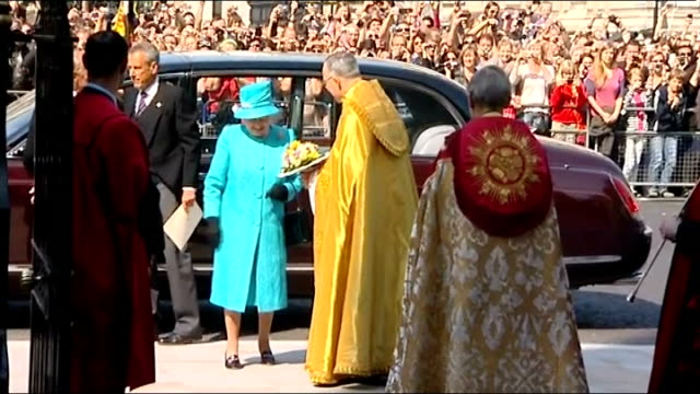 stockvideo's en b-roll-footage met queen elizabeth attends maundy service at westminster abbey england london westminster throughout** car with queen elizabeth ii arriving at... - yeomen warder