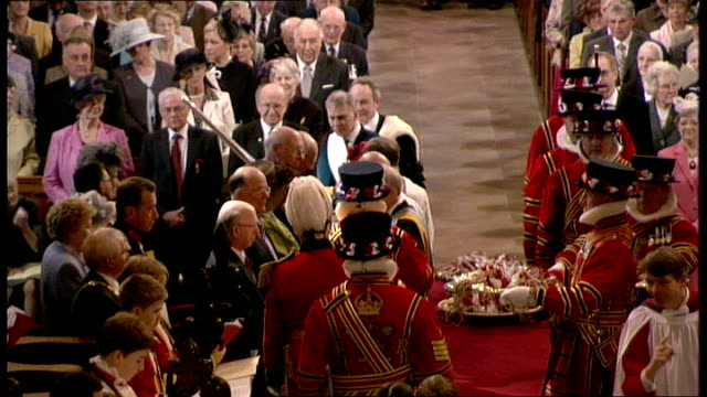 vidéos et rushes de queen elizabeth attends maundy thursday service in northern ireland men singing in choir sot / queen along down aisle past beefeaters with usher and... - usher chanteur