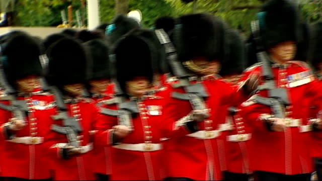crowds in the mall england london the mall ext grenadier guards band along the mall sot - 近衛兵点の映像素材/bロール